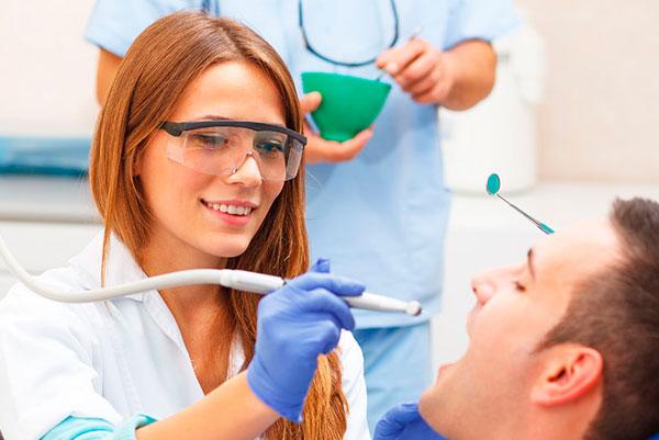La endodoncia ha sido durante mucho tiempo, hasta que se inventaron los implantes, la única forma que teníamos de poner una corona apoyada directamente sobre hueso. Desde la invención de los implantes se ha visto reducido su uso ya que puede complicar la colocación de un implante