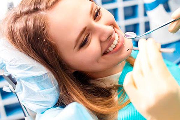 cirugía oral, la especialidad encargada de trabajar con el hueso y la encía de la boca.